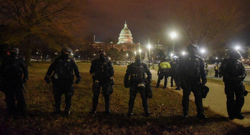 Сотрудники правоохранительных органов стоят на страже около Капитолия во время акции протестов сторонников Дональда Трампа в Вашингтоне, США. 6 января 2021 года