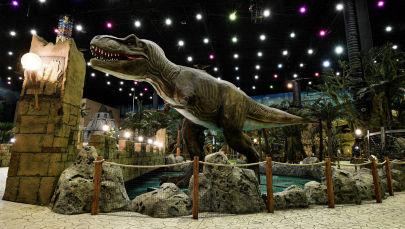 Статуя динозавра в парке аттракционов. Архивное фото