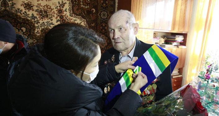 Вице-премьер Эльвира Сурабалдиева проведала ветерана Великой Отечественной войны Павла Нестерова, которому через неделю исполнится 100 лет