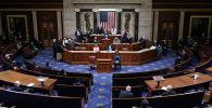 Вице-президент США Майк Пенс и спикер Палаты представителей Нэнси Пелоси после прочтения окончательного подтверждения голосов коллегии выборщиков в Капитолии в Вашингтоне, США. 7 января 2021 года