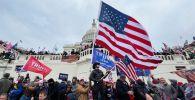 Участники акции протеста сторонников действующего президента США Дональда Трампа у здания конгресса в Вашингтоне.
