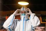 Медицинский работник в СИЗ во время работы. Архивное фото