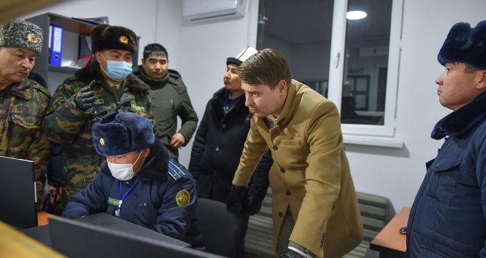В течение неделина всех пунктах пропуска в Кыргызстане заработают камеры фиксацииавтомобильных номеров, которые будут подключены к системе Сводный пост, сообщил и. о. премьер-министра Артем Новиков во времяпосещения КПП Чон-Капка в Таласской области