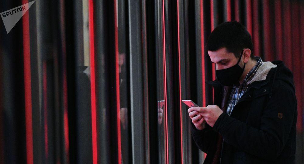 Мужчина держит смартфон в руках. Архивное фото