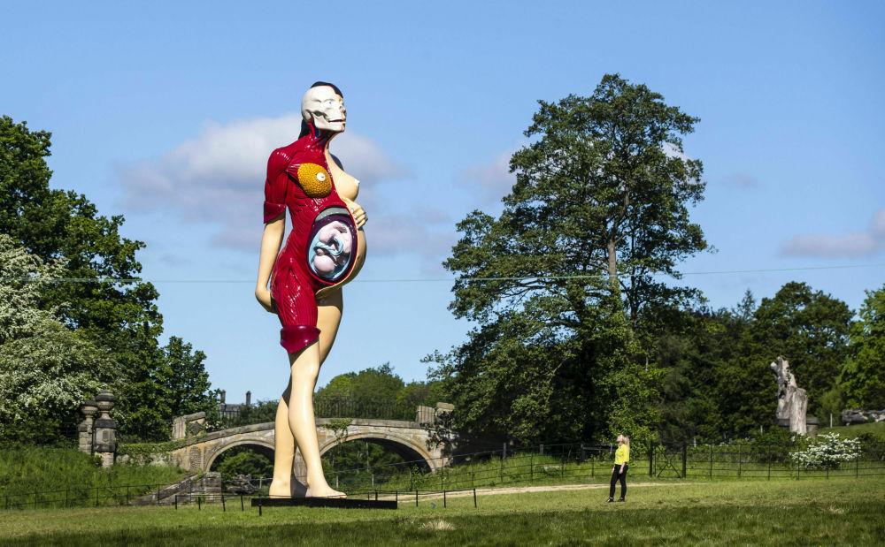 Десятиметровая скульптура The Virgin Mother художника Дэмиена Херста в Йоркширском парке скульптур
