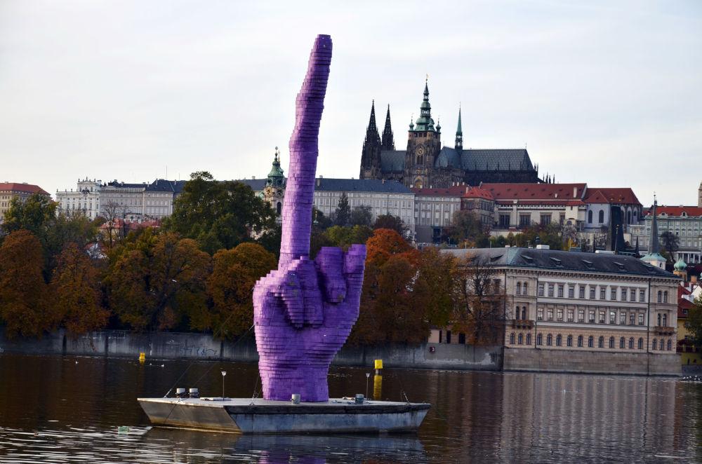 Жест чешского скульптора Давида Черны, Прага
