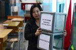 Женщина во время подготовки избирательного участка в Бишкеке.