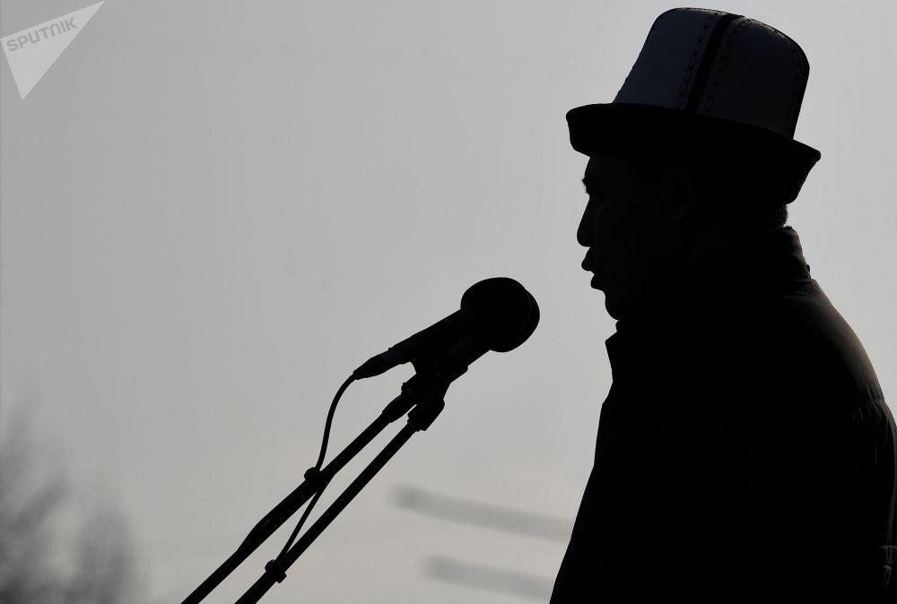 Кандидат в президенты Садыр Жапаров во время предвыборной встречи со сторонниками на Старой площади в Бишкеке. 10 января 2021 года в Киргизии пройдут выборы президента и референдум по изменению конституции страны.