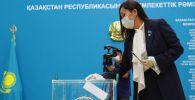 Голосование на избирательном участке во Дворце независимости в Нур-Султане на выборах в Сенат Казахстана.
