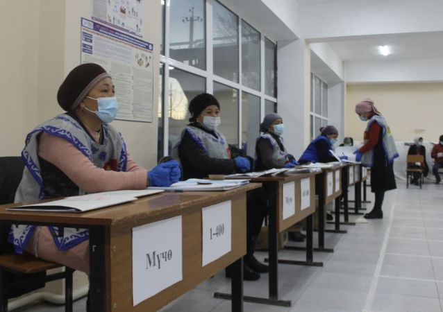 Началось голосование на выборах президента и референдум на избирательном участке в Баткенской области