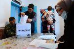 Жители во время выездного голосования в селе Арашан в окрестностях Бишкека.