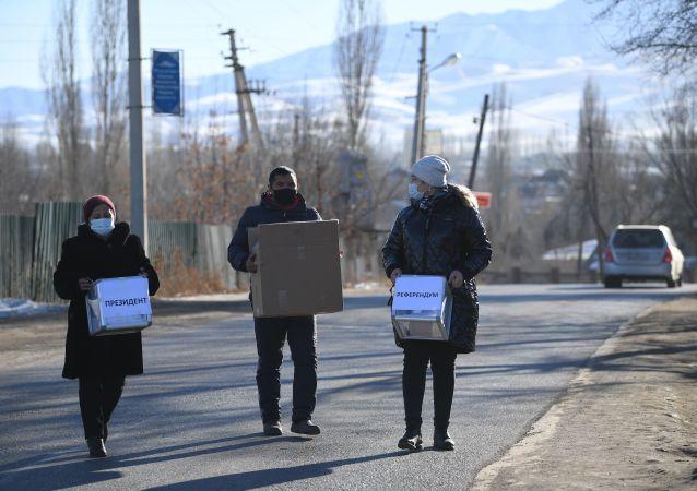 Члены избирательной комиссии во время выездного голосования в селе Арашан в окрестностях Бишкека.