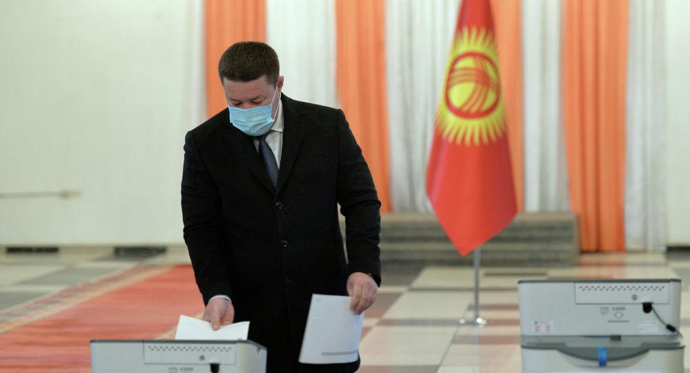 Президенттин милдетин аткаруучу, ЖК төрагасы Талант Мамытов добуш берүү учурунда