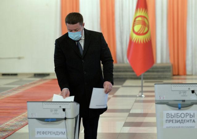 Исполняющий обязанности президента КР, торага ЖК Талант Мамытов проголосовал на досрочных выборах президента КР и референдуме на избирательном участке №1053 в Бишкеке