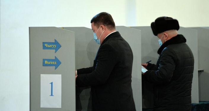 Өлкөдө президенттик шайлоо жана башкаруу формасын аныктаган референдумга добуш берүүгө 3,5 миллиондон ашык киши катталган. Кыргызстанда жалпы жонунан 2 474, ал эми чет өлкөдө 48 шайлоо участкасы ачылды