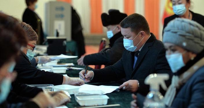 Мамытов Бишкектеги Белек маданий-оюн-зоок борборунун имаратындагы № 1053 шайлоо участогунда добуш берген