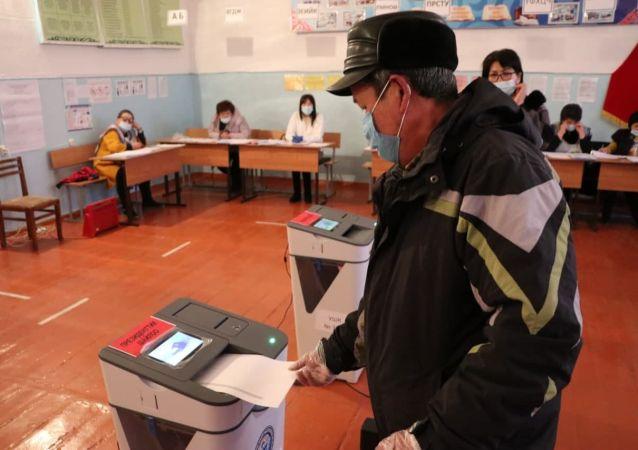 Избиратели голосуют на избирательном участке № 3011 средней школы в Балыкчи на досрочных выборах президента КР и референдуме
