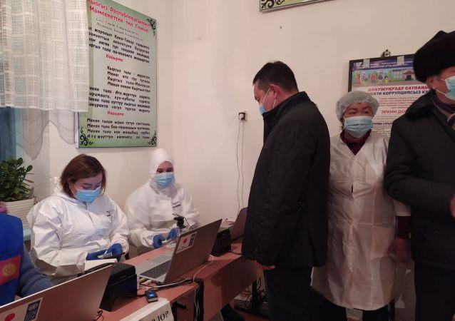 Полномочный представитель правительства в Таласской области Айбек Бузурманкулов голосовал вместе со своими родителями на избирательном участке №6080 в селе Кок-Токой Таласской области.