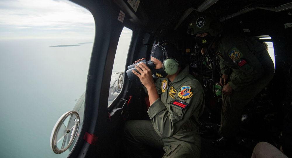 Персонал ВВС Индонезии во время воздушных поисков самолета Sriwijaya Air SJ-182, который упал в море в Джакарте (Индонезия)