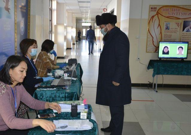 Муфтий Максатбек Токтомушев проголосовал на президентских выборах и референдуме на 1063 избирательном участке в Бишкеке