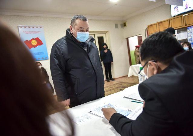 И.о.градоначальник Бишкека Балбак Тулобаев воспользовался конституционным правом голосовать на участке №1101 в детском саду №79 на улице Политехнической 10.