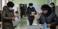 Избиратели голосуют во время выборов президента и референдума в Бишкеке