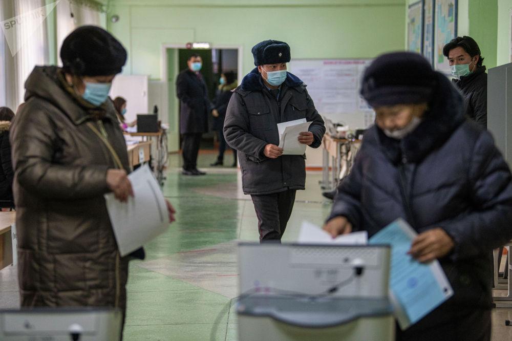 Референдумга бир маселе — өлкөнүн башкаруу формасы сунушталды. Кыргызстандыктар президенттик жана парламенттик форманын бирин тандоодо