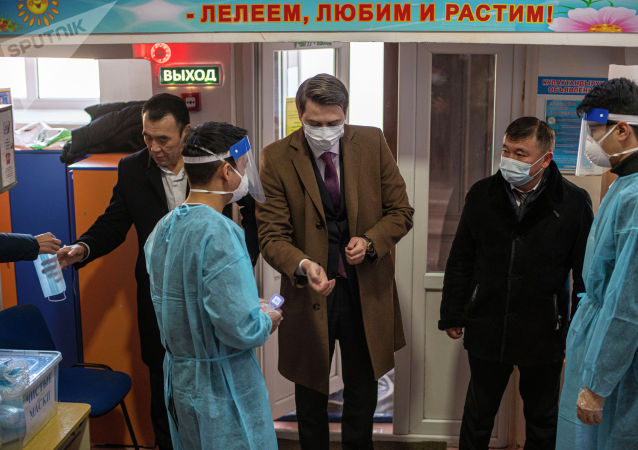 И.о. премьер-министра Артем Новиков во время голосования на выборах президента и референдума на избирательном участке в Бишкеке