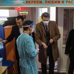 Премьер-министрдин милдетин аткаруучу Артем Новиков Бишкектеги № 1102 шайлоо участогунан добуш берди