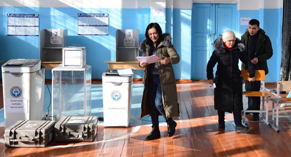 Люди в избирательном участке в Бишкеке. Архивное фото