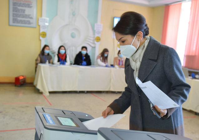 Вице-премьер-министр КР Эльвира Сурабалдиева, проголосовала на избирательном участке № 1209 в городе Бишкеке, расположенном в здании профессионального лицея № 5.