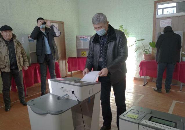 Вице-премьер-министр КР Максат Мамытканов проголосовал по месту прописки на избирательном участке № 3023 в селе Чон-Сары-Ой Иссык-Кульской области.