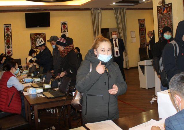 Граждане КР во время голосования на выборах президента и референдума на избирательном участке в Москве