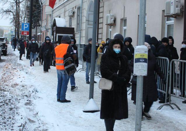 Граждане КР ожидающие в очереди во время голосования на выборах президента и референдума на избирательном участке в Москве