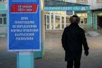 Мужчина во время голосования на выборах президента и референдума на избирательном участке в Бишкеке