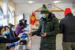 Мужчина голосует на избирательном участке в Бишкеке во время выборов президента и референдума в Кыргызстане
