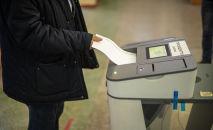 Мужчина голосует на избирательном участке. Архивное фото