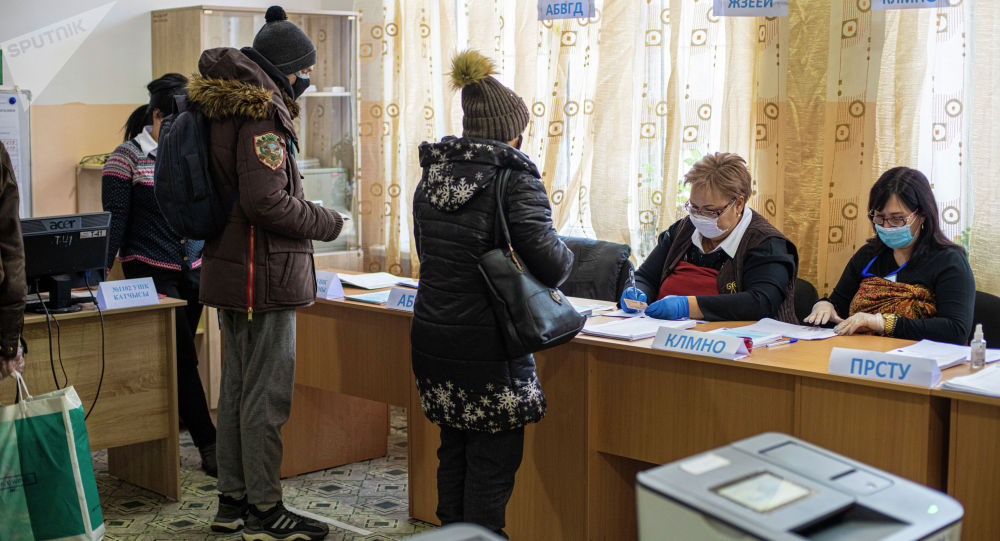 Шайлоо учурунда Бишкектеги шайлоо участогундагы жарандар
