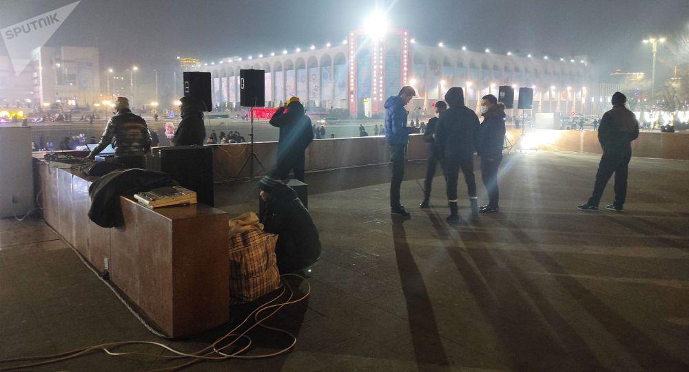 На площади Ала-Тоо в центре Бишкека идут приготовления к концерту в 20:00 с массовым участием граждан.