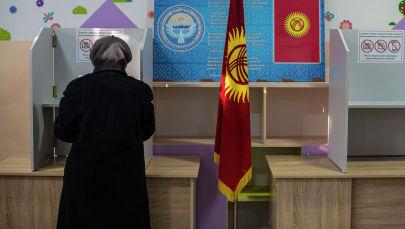 Женщина голосует на избирательном участке. Архивное фото