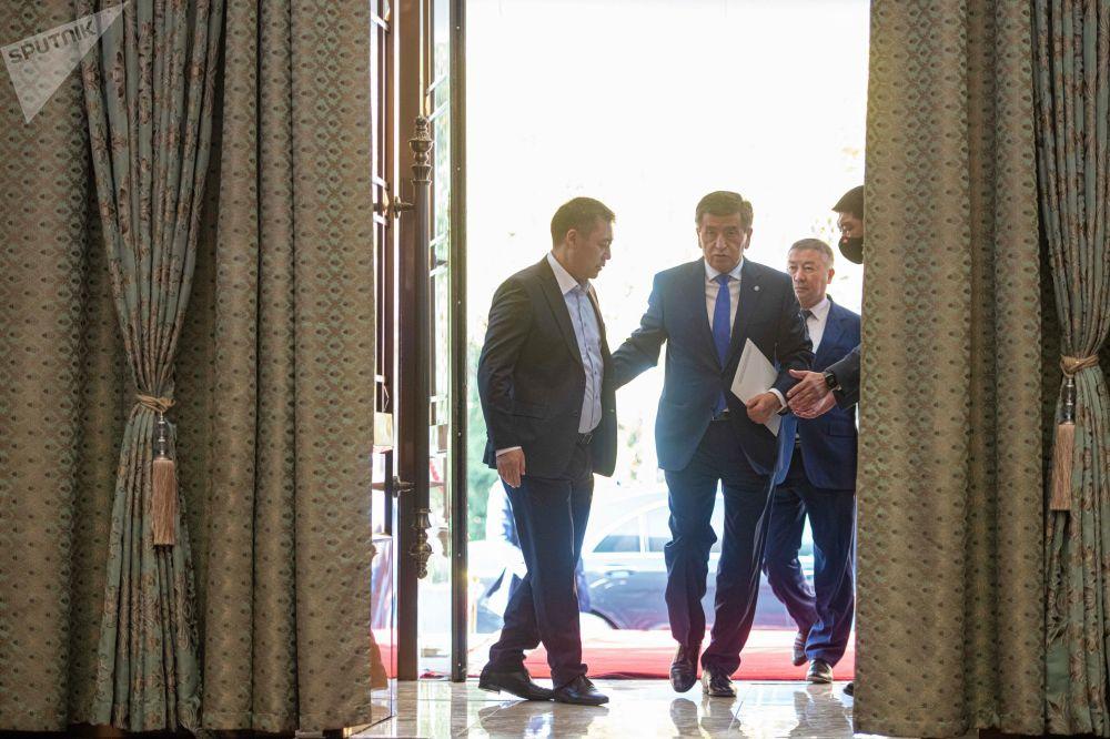 Президент Кыргызстана Сооронбай Жээнбеков и премьер-министр Садыр Жапаров на внеочередном заседании Жогорку Кенеша в госрезиденции Ала-Арча