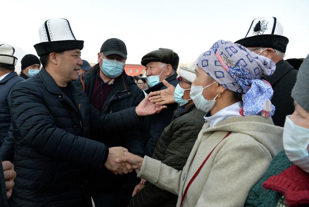 Исполняющий обязанности президента КР, премьер-министр Садыр Жапаров во время встречи с жителями Нарынской области в рамках рабочей поездки