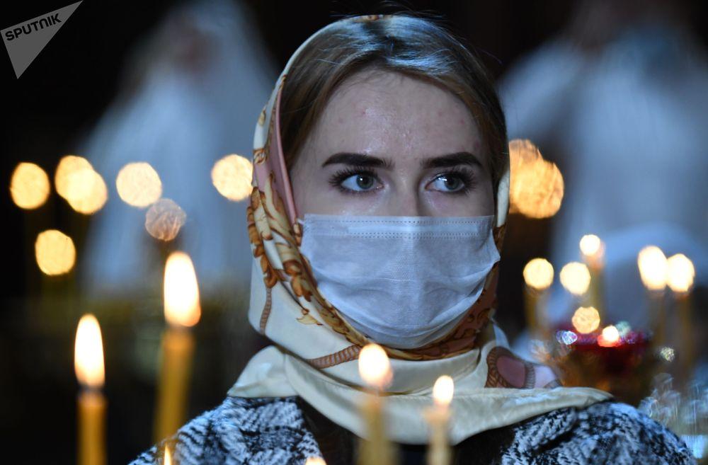 Верующая во время Рождественского богослужения в храме Христа Спасителя в Москве.