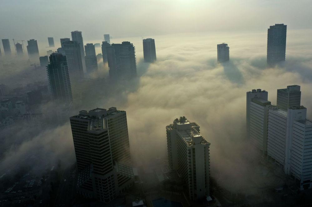 Утренний туман окутывает израильский город Тель-Авив на берегу Средиземного моря. 04 января 2021 года