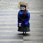 Традиционная большая марионеточная кукла, известная как Ондел-ондел, в защитной маске, выступает на тротуаре главной улицы, поскольку вспышка COVID-19 продолжается в Джакарте (Индонезия) 04 января 2021 года