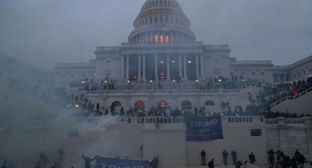 Полицейские стоят на страже, пока сторонники президента Дональда Трампа собираются перед зданием Капитолия в Вашингтоне