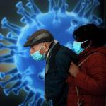 Люди в масках ждут вакцинации от коронавируса в центре вакцинации против COVID-19 в Иерусалиме (Израиль). 04 января 2021 года