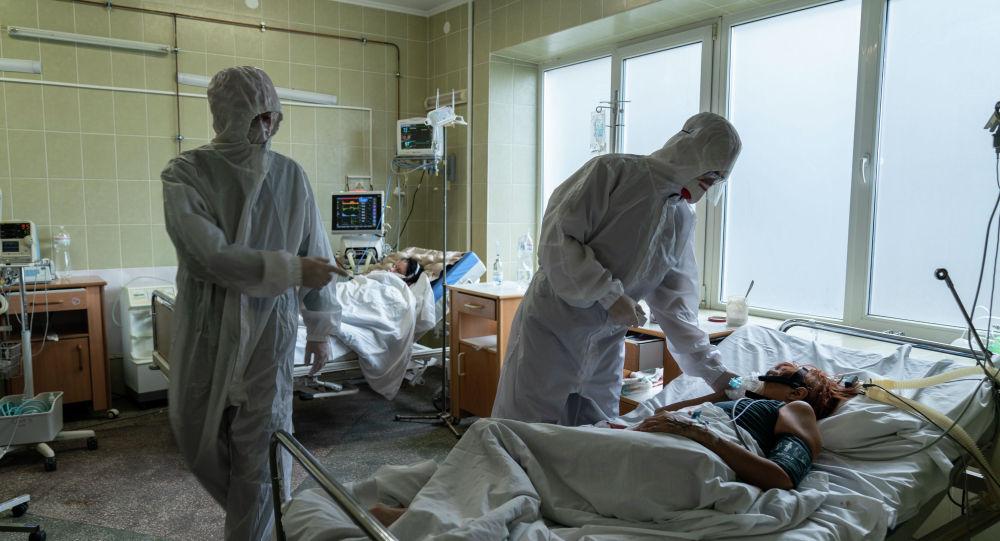 Медицинские работники с пациентами с COVID-19 в больнице. Архивное фото