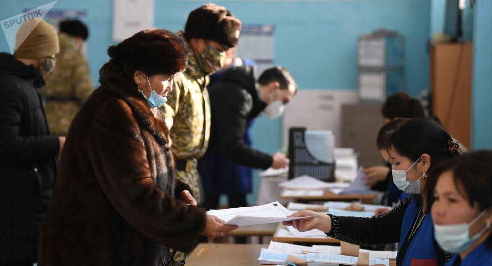 Избиратели на одном из избирательных участков в Бишкеке во время голосования на досрочных выборах