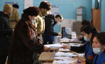 Люди на одном из избирательных участков в Бишкеке. Архивное фото